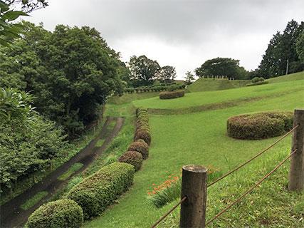 山中城 本丸 堀と櫓台